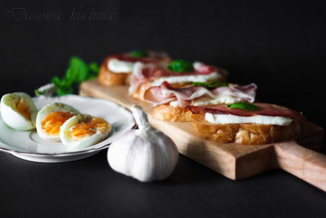 bruschetta, przepis na bruschette, bruschetta z mozzarellą, bruschetta z prosciutto