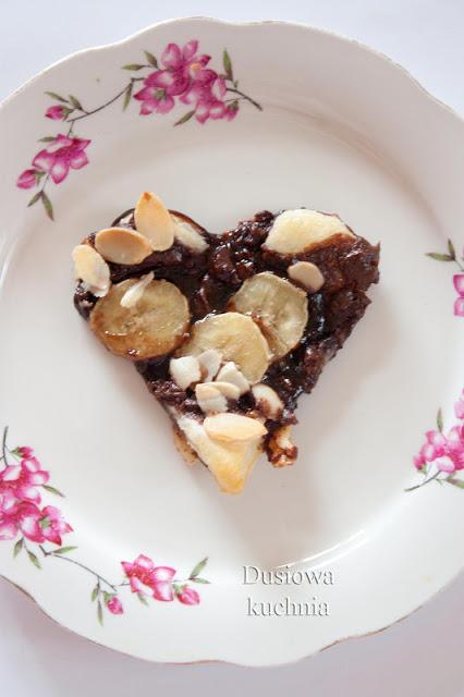 ciasteczka z ciasta francuskiego, serduszka czekoladowe z bananem, ciasto francuskie