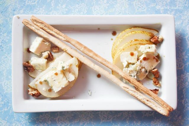 gruszka z serem pleśniowym, gruszka z orzechami, gruszka z serem i orzechami, grisini, przepis na przystawkę,
