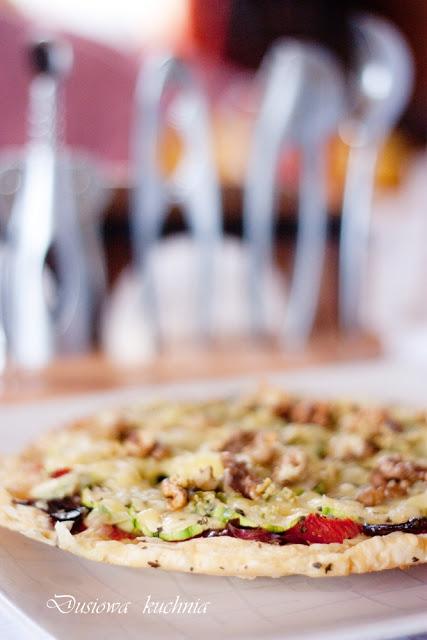 Tarta z pomidorami, cukinią i karmelizowaną cebulką, przepis na tartę, tarta z pomidorami tarta z karmelizowaną cebulą, tarta z pomidorami i cukinią, tarta z orzechami