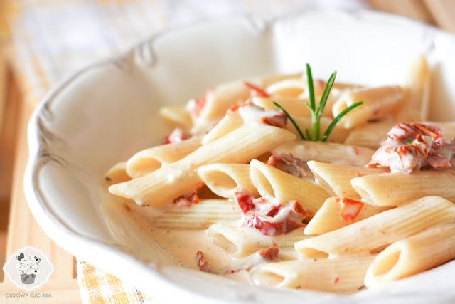 makaron z gorgonzolą i suszonymi pomidorami, makaron z suszonymi pomidorami, makaron z rozmarynem i pomidorami