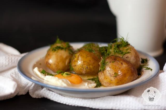 młode ziemniaki z koperkiem, przepis na młode ziemniaki z koperkiem i masłem, przepis na młode ziemniaki z jajkiem sadzonym, młode ziemniaki z jajkiem sadzonym