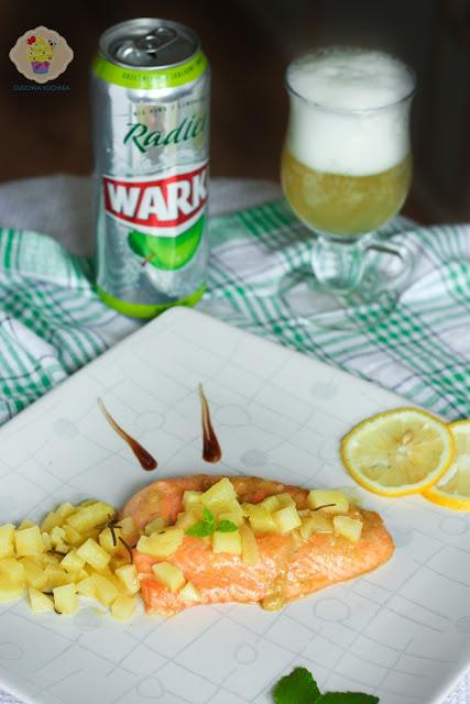 przepis na pieczonego łososia, łosoś z jabłkami, przepis na łososia z duszonymi jabłkami, przepis na łososia z jabłkami i piwem radler