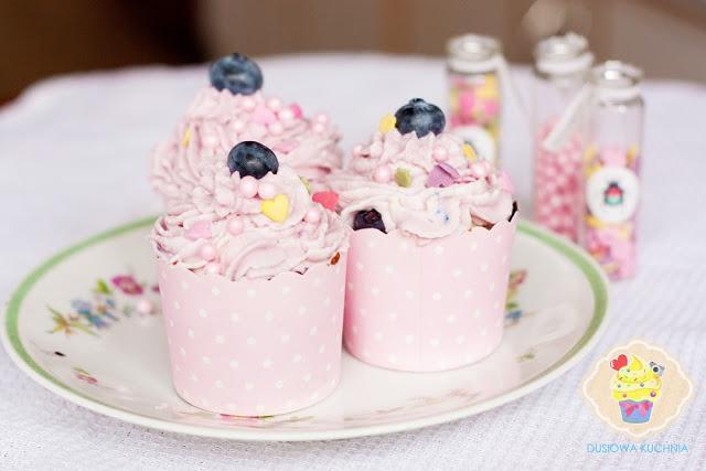 cupcakes z borówkami, cupcakes z borówkami i lawendą, cupcakes lawendowe, babeczki z borówkami, babeczki z kremem przepis, przepis na babeczki z borówkami, przepis na babeczki z lawendą