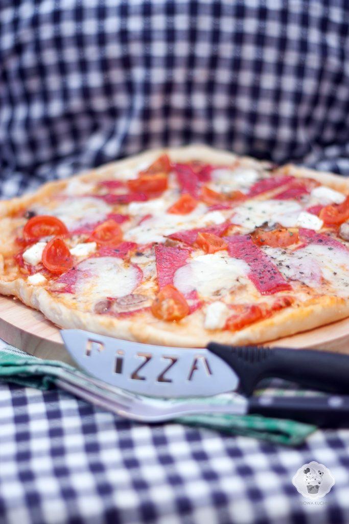 pizza przepis, przepis na pizze, przepis na ciasto do pizzy, pizza na cienkim cieście