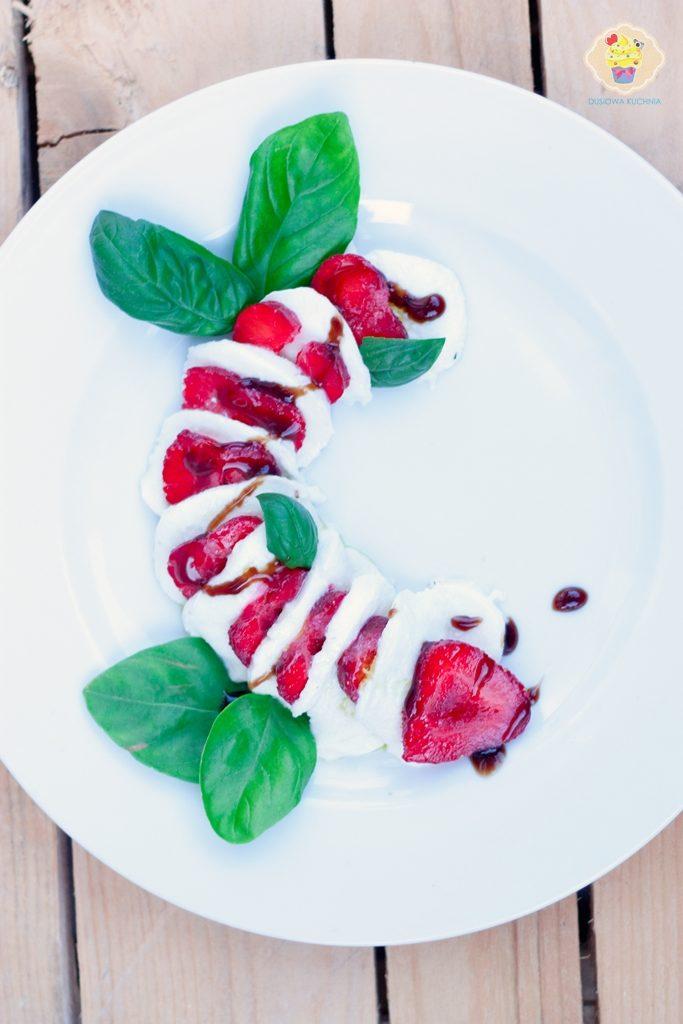 caprese z truskawkami, sałatka caprese, caprese truskawki, caprese strawberries