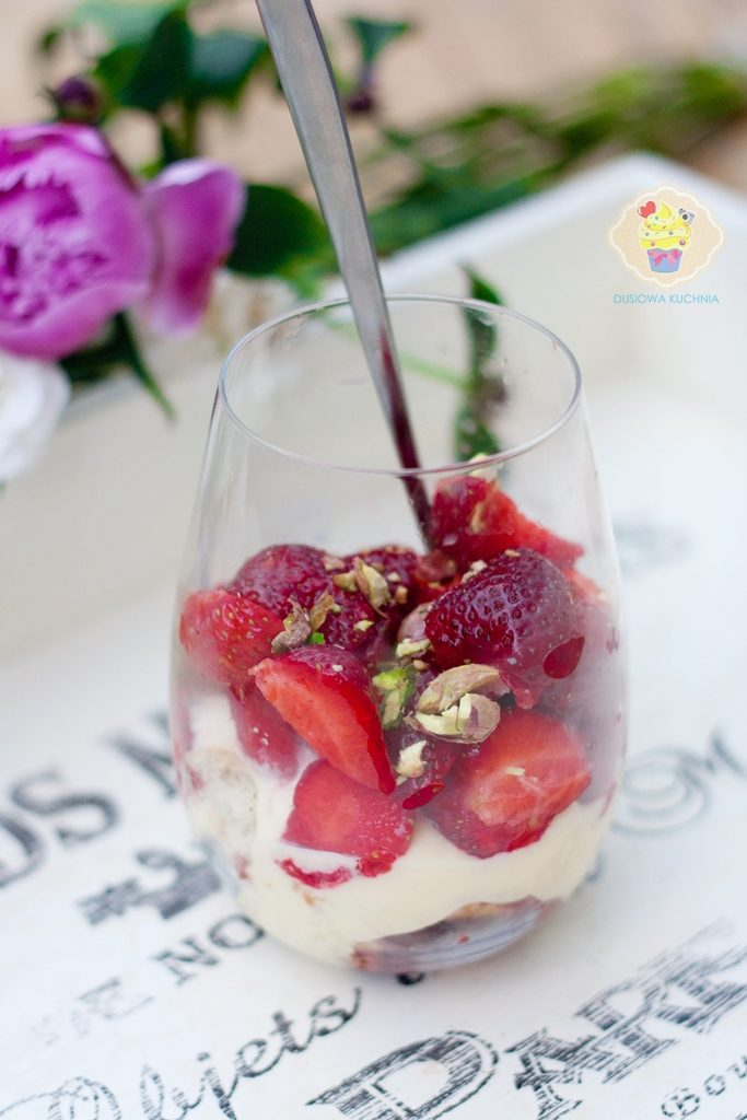 tiramisu truskawkowe, tiramisu truskawkowe przepis, parfait truskawkowe, tiramisu w pucharkach, tiramisu truskawkowe w pucharkach