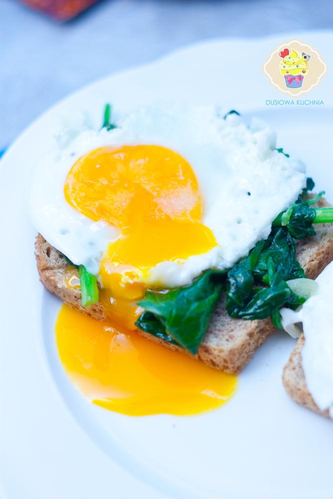 grzanka ze szpinakiem, grzanka z jajkiem sadzonym, grzanka ze szpinakiem i jajkiem sadzonym, grzanka szpinak