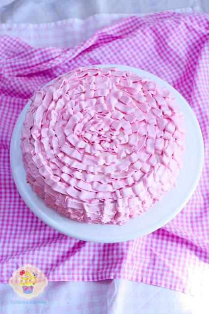 tort z falbankami, ruffle cake, tort różowy, tort dla dziewczynki, krem beza szwajcarska, tort truskawkowy