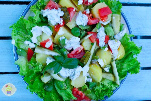 Bób z ziemniakami, pomidorami i ogórkami małosolnymi z sosem czosnkowym